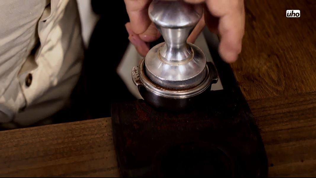 把咖啡粉拍平,可以用蓋子刮平,也可以用我們的刮刀刮平